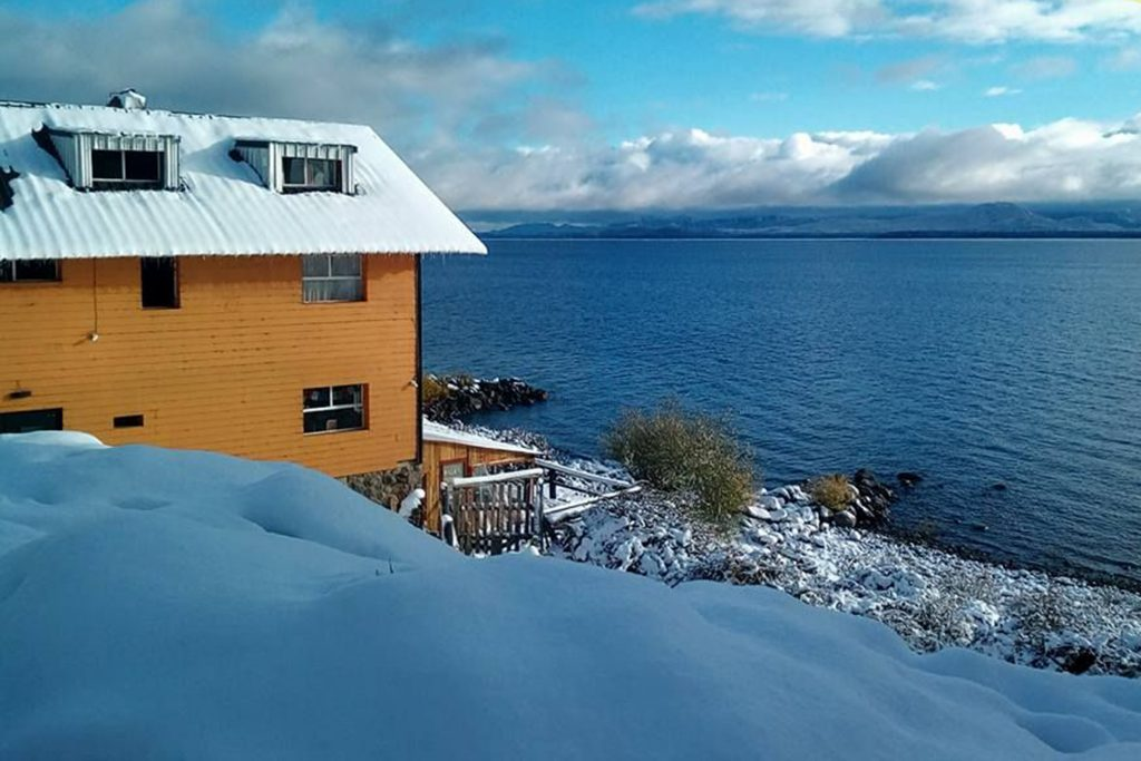 Berkana Hostel y Bar De Playa has a superb setting on the Bariloche lakefront