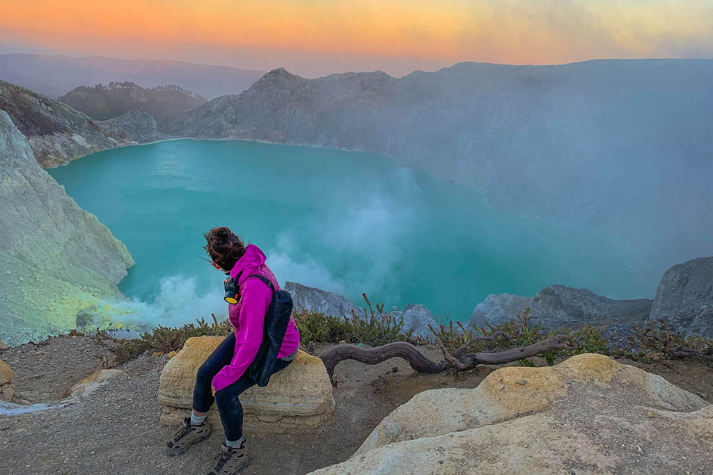 Geena and her boyfriend climbed Mount Ijen, Java, in the middle of the night